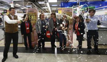 Empleados de un Carrefour de Terrassa celebrando por la venta del gordo de la Grossa