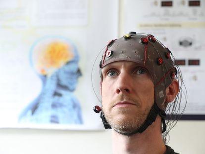 Un estudiante prueba una interfaz cerebro-máquina en la Universidad de Ulster