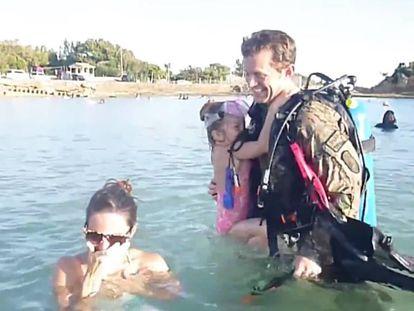 El soldado Hyrum Bronson se reúne con su familia en una playa de Okinawa, Japón.