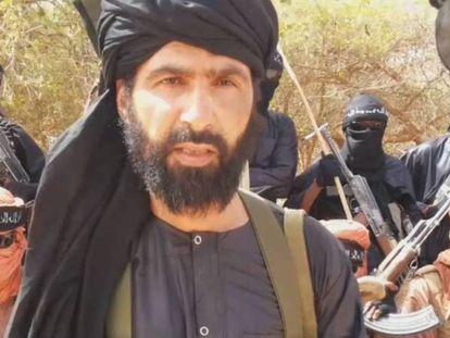 Abu Adnan Walid al Saharaui, en el momento de jurar lealtad al Estado Islámico en 2015, en un vídeo propagandístico. En vídeo, alerta de atentado terrorista contra españoles en los campamentos de Tinduf.
