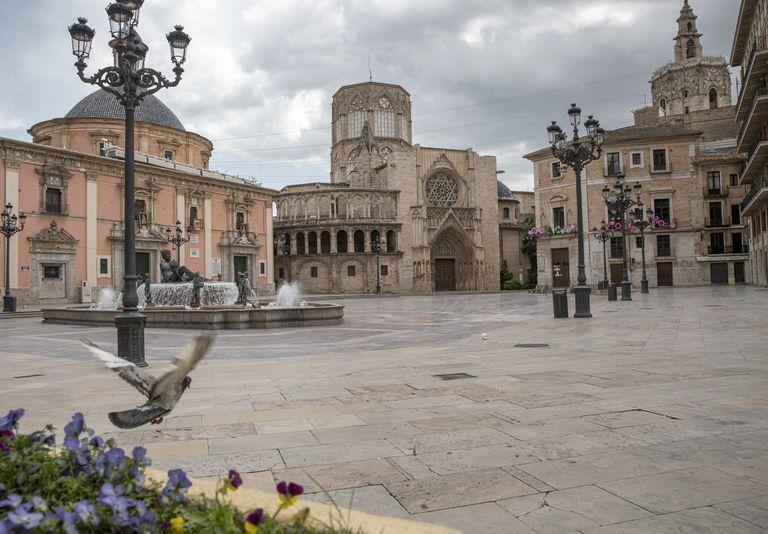 La plaza de la Virgen de Valencia durante el confinamiento.