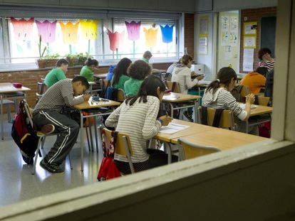 Alumnos de un colegio de Barcelona durante un examen.
