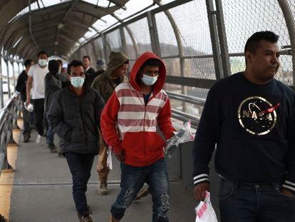 Migrantes centroamericanos usan mascarillas protectoras al cruzar la frontera entre México y Estados Unidos, el pasado 21 de marzo.