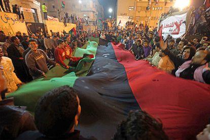 Centenares de rebeldes libios han celebrado por las calles de Gadafi la resolución adoptada por Naciones Unidas que establece la imposición de una zona de exclusión aérea.