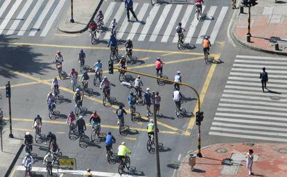 Ciclistas transitan por las calles de Bogotá (Colombia).