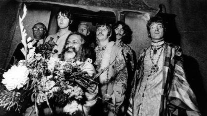 Paul McCartney, Ringo Starr, George Harrison y John Lennon, junto al gurú Maharishi Mahesh Yogi, durante su visita a Gales en 1967.