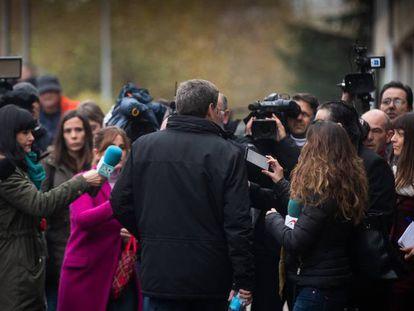 El padre de Diana Quer llega a los juzgados de Santiago el pasado martes. En vídeo, la acusación prueba que el arma del crimen de Diana fue la brida hallada en su pelo.