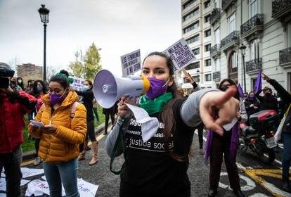 Integrantes de la Assemblea Feminista de València protestan este lunes frente a la Delegación del Gobierno.
