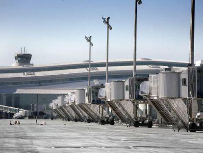 Zona de estacionamiento de aviones de la T-1 cercana al área afectada por el hundimiento.