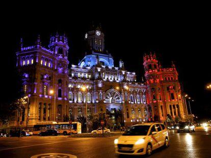 Fachada del Ayuntamiento de Madrid con los colores de la bandera francesa.