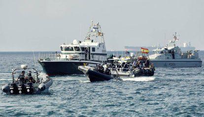 Patrulleras de la Guardia Civil y barcos de Gibraltar, en la bahía de Algeciras.