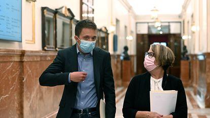 El líder de Más País, Íñigo Errejón, y la diputada del mismo partido Inés Sabanés, en el Congreso este martes.