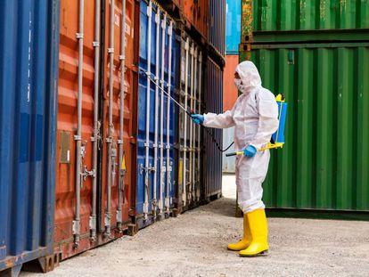 Labor de limpieza y desinfección de contenedores en un puerto de Turquía para prevenir la propagación de la covid-19.