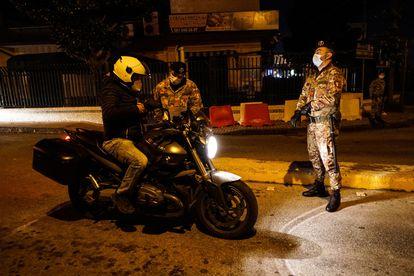 Una pareja de militares controla el cumplimiento del toque de queda en el extrarradio de Nápoles.