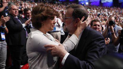 Soraya Sáenz de Santamaría y Mariano Rajoy se saludan, en presencia de Pablo Casado, atrás, hoy en la primera jornada del XIX congreso nacional extraordinario del Partido Popular.