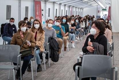 Profesores valencianos en el hospital de campaña La Fe de València esperan a ser vacunados este lunes.