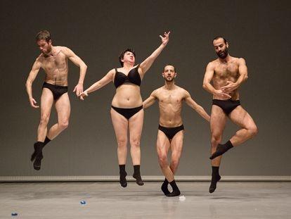 Silvia Gribaudi, acompañada de un trasunto masculino de 'Las tres Gracias' de Antonio Canova, en el espectáculo 'Graces'.