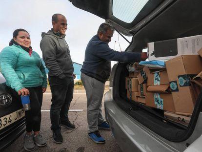 Trabajadores de Amazon Flex antes de un reparto por Madrid