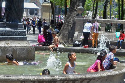 Niños en una fuente de la Ciudad de México.