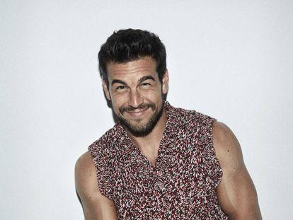 El actor Mario Casas, vestido con un chaleco Prada.