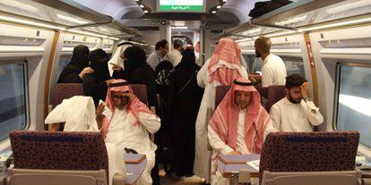 Pasajeros saudíes en el interior del tren del AVE a La Meca.