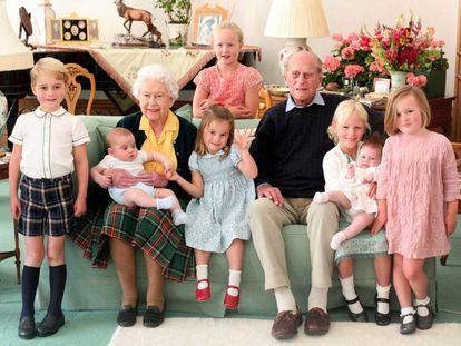La reina Isabel II y el duque de Edimburgo con varios de sus bisnietos. Detrás, Savannah Phillips; delante, de izquierda a derecha, Jorge, Luis y Carlota de Cambridge, Isla Phillips con Lena Tindall en brazos y Mia Tindall.