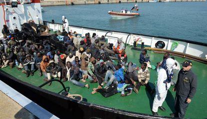 Supervivientes de un naufragio llegan a puerto, este miércoles en Corigliano Calabro, al sur de Italia.