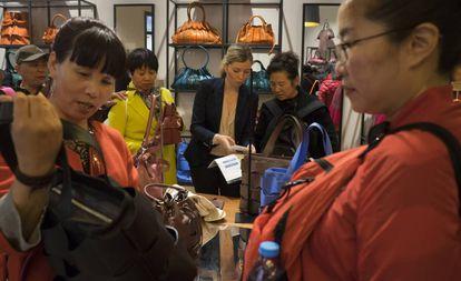 Turistas chinos comprando en una tienda de La Roca Village, en Barcelona.