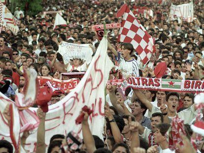Imagen de la histórica manifestación de la afición del Sevilla el 1 de agosto de 1995.