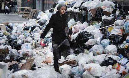 Aspecto de las calles de Nápoles, invadidas de basura.