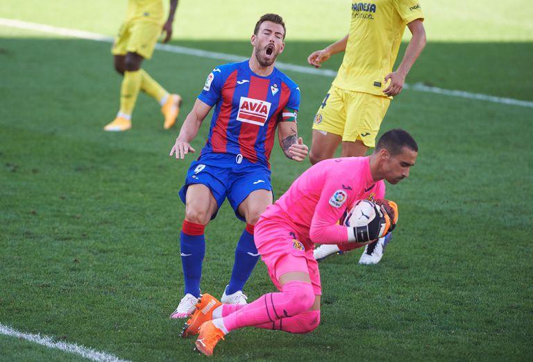 Asenjo atrapa el balón ante Sergi Enrich.