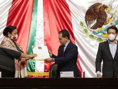 El secretario de Hacienda, Arturo Herrera, entrega el proyecto de presupuesto en la Cámara de Diputados.