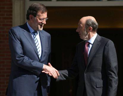 El expresidente del Gobierno, Mariano Rajoy, y el exlíder del PSOE, Alfredo Pérez Rubalcaba, antes de una reunión en La Moncloa, en junio de 2013.