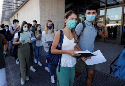 Estudiantes de Navarra se preparan en Pamplona para comenzar, la semana pasada, las pruebas de acceso a la Universidad.