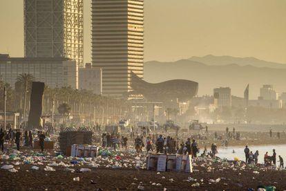 Final de la verbena de Sant Joan en las playas de Barcelona