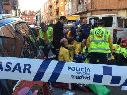Sanitarios del Samur intentan reanimar a un hombre acuchillado en el distrito de Tetuán de Madrid.