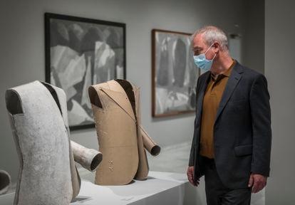 Boye Llorens, uno de los comisarios de la exposición, junto a varias obras de Cardells que se exhiben en la Fundación Bancaixa.