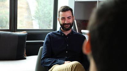 Albert Bosch en un momento de conversación con Álvaro Gómez (de espaldas en primer plano) durante la entrevisa realizada para EL PAÍS Retina