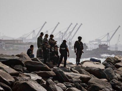 Agentes de seguridad patrullan la costa de Macuto, en La Guaira (Venezuela), este domingo.