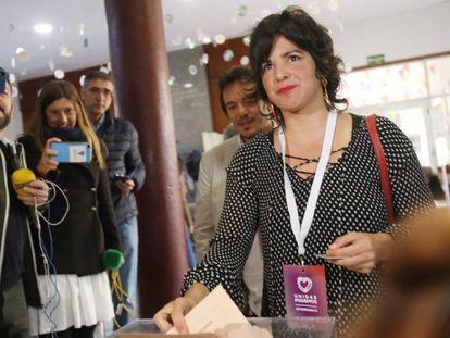 La presidenta de Adelante Andalucía y coordinadora de Podemos en la Comunidad, Teresa Rodríguez, vota este domingo en un colegio de Cádiz.