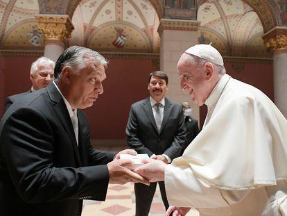 El papa Francisco saluda al primer ministro húngaro, Viktor Orbán, en el museo de Bellas Artes de Budapest, este domingo.