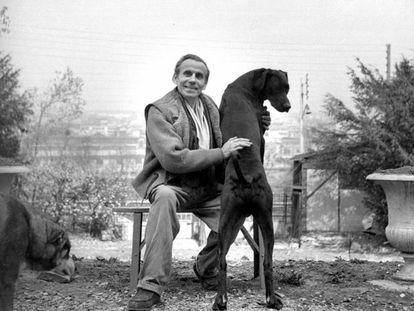 Louis-Ferdinand Céline, retratado en Meudon con sus perros en 1955.