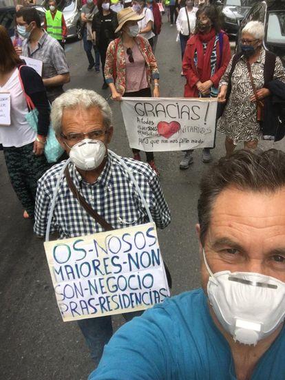 Miembros de asociaciones que apoyan a las familias que perdieron ancianos durante la crisis de la covid-19 en residencias privadas, durante la marcha en Santiago.
