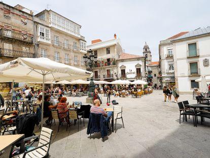 Varias personas en una terraza de Vigo (Pontevedra), el 26 de junio.