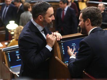 El presidente del PP, Pablo Casado, y el líder de Vox, Santiago Abascal, conversan en el Congreso en 2020.