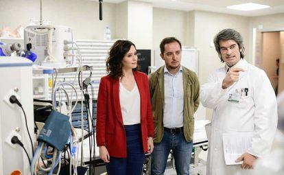 Carlos Mur (dcha), junto a Isabel Díaz Ayuso y Sergio López, un cargo del PP en Fuenlabrada, durante una visita de la hoy presidenta al Hospital de Fuenlabrada en la campaña para las elecciones autonómicas de mayo de 2019.