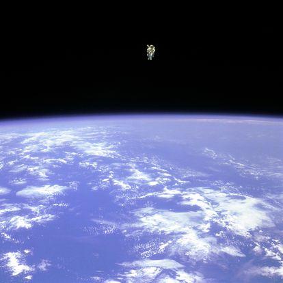 Bruce McCandless II fue el primer astronauta en realizar un paseo espacial sin cables.
