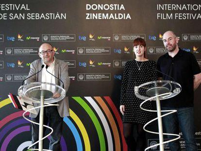 El director del Zinemaldia, José Luis Rebordinos (izquierda), junto a Maialen Beloki y Joxean Muñoz, miembros del Comité de Dirección del certamen.