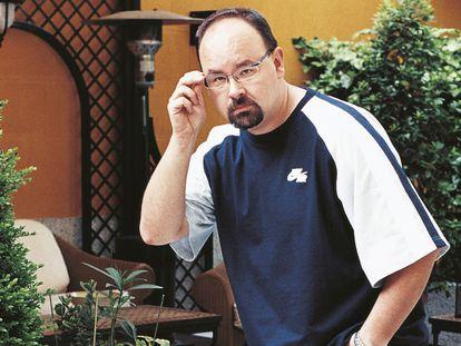 El escritor Carlos Ruiz Zafón, en 2004 durante una entrevista para 'El País Semanal'.