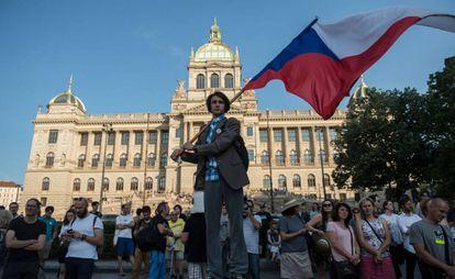Manifestantes protestan este martes contra el primer ministro checo Andrej Babis en la plaza Wenceslao de Praga.